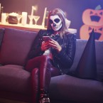 Smartphone bei einer Halloween-Party