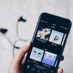 Person hält Smartphone mit Spotify