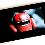 Android-Figur auf Tablet-Display